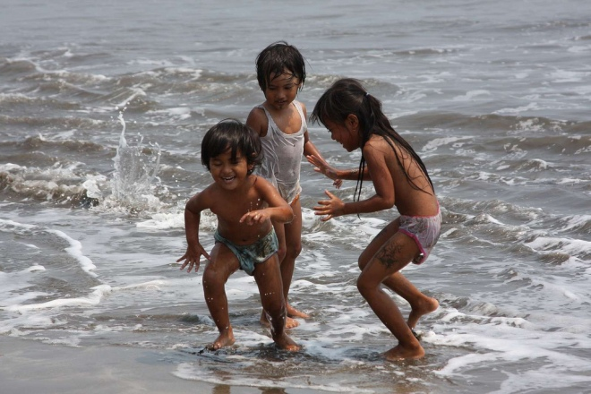 Kids play on beach - photo by Idban Secandri (flickr)